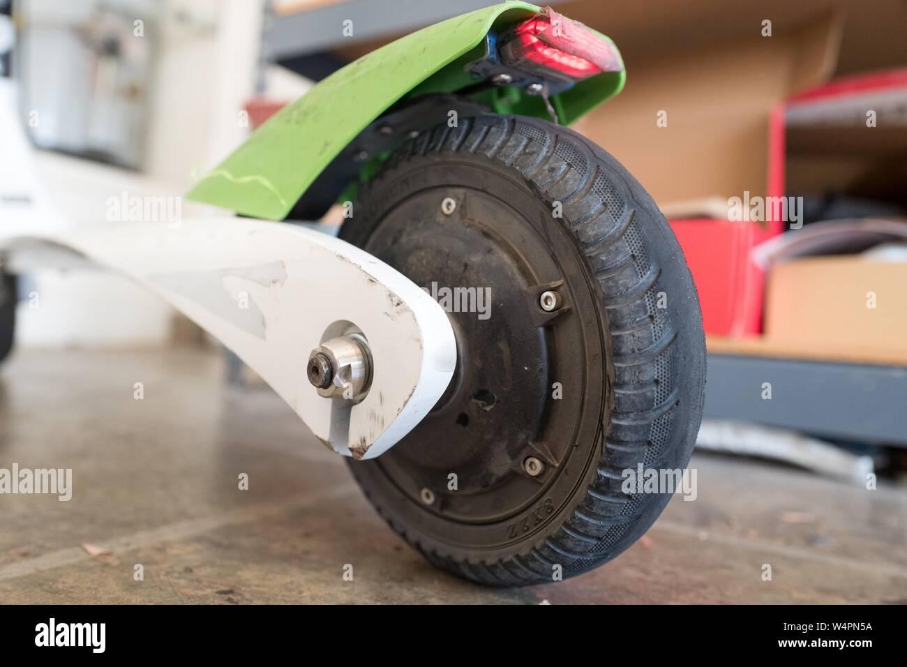 Bajo el ángulo, la vista cercana del neumático neumático trasero en un scooter eléctrico dockless Cal en San Ramón, California, 18 de octubre de 2018. () Foto de stock