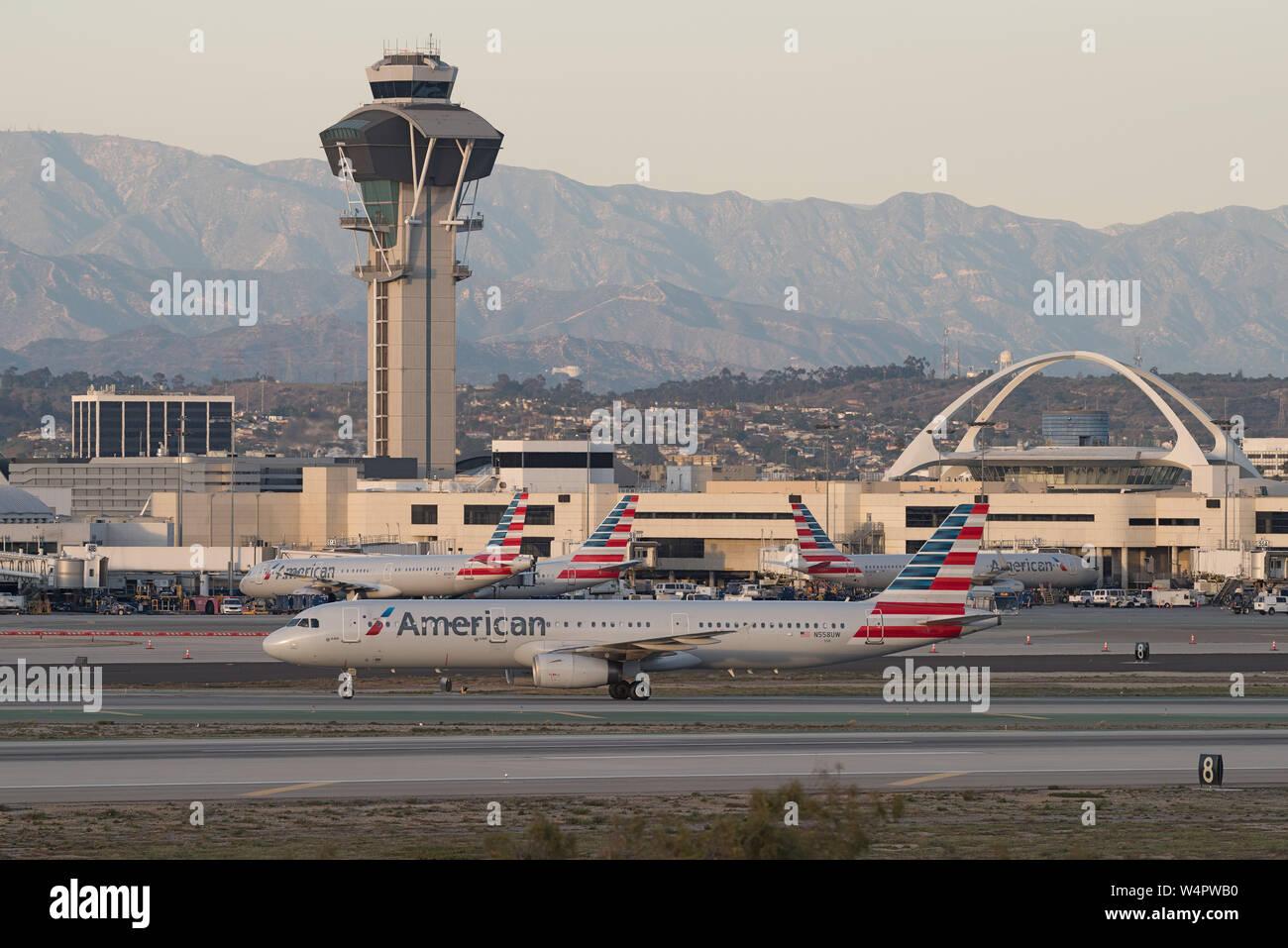 Imagen que muestra cuatro jets de American Airlines en el Aeropuerto Internacional de Los Angeles . Foto de stock