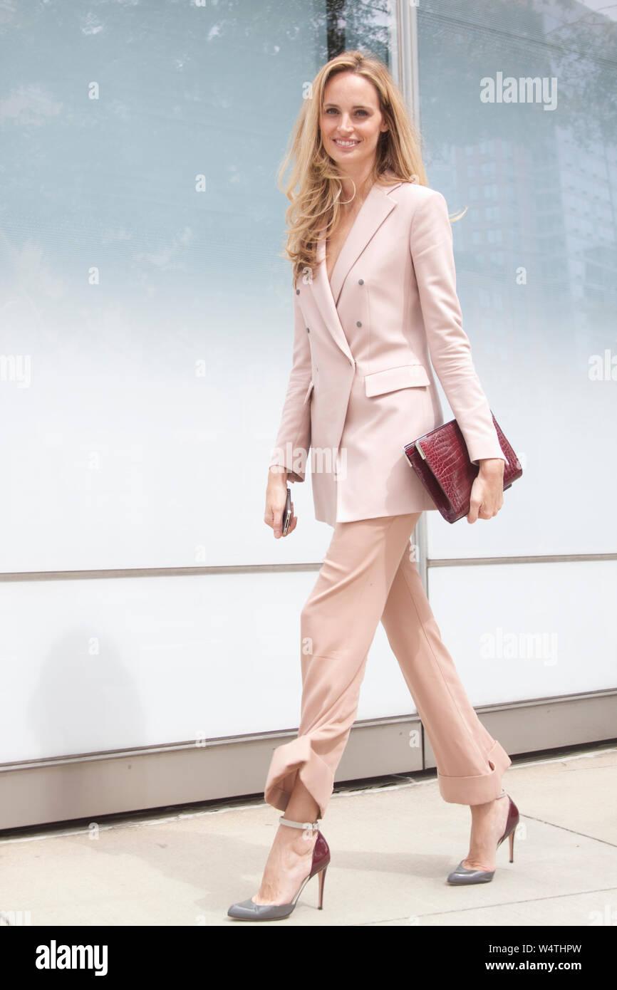 Lauren Santo Domingo saliendo de un desfile de moda durante la Semana de la Moda de Nueva York. El estilo de vida de alta gama Foto de stock