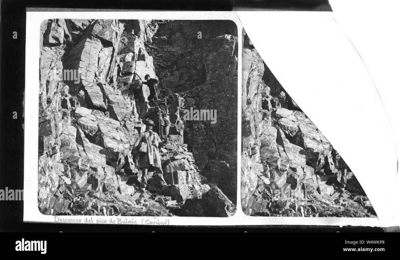Cordada de tres personas en una roca de baixant Balaig Balatg (s). Foto de stock