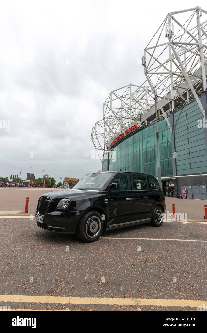 Cabina eléctrica negra fuera del estadio de fútbol Old Trafford Foto de stock