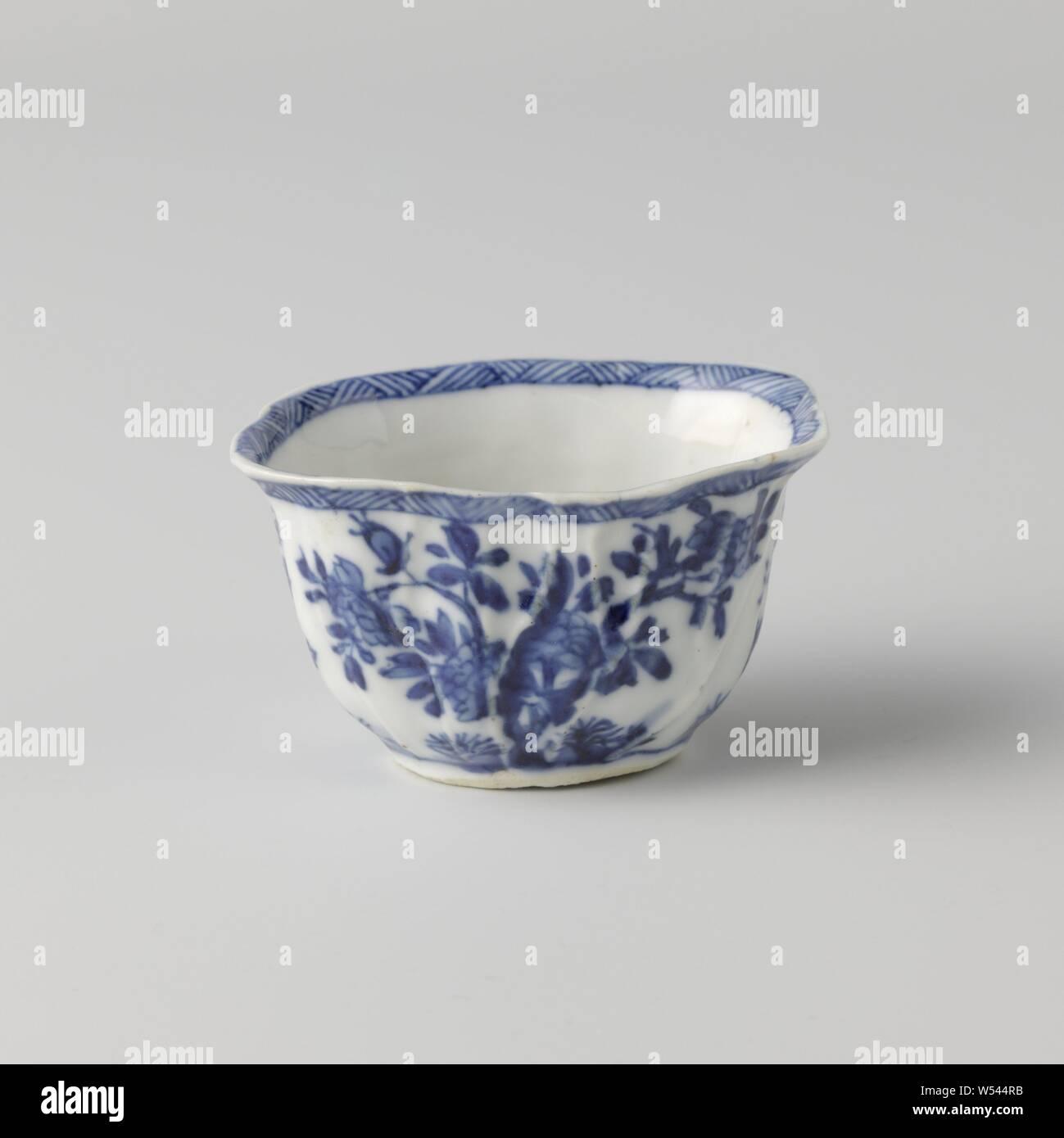"""Platillo en forma de una hoja, el platillo de porcelana, el platillo en la forma de una hoja, pintado de azul underglaze. El plato está dividido con una caja decoración por los """"ins"""" de la hoja, llena de diversas plantas en floración en una roca. Marcados en la parte inferior del plato con un lotus. Azul Blanco., anónimos, China, c. 1750 - c. 1774, la dinastía Qing (1644-1912) / Periodo Qianlong (1736-1795), de porcelana (material), esmalte, cobalto (mineral), la vitrificación, h 2,2 cm l 13 cm × w 9 cm l 9 cm × W 6,2 cm Foto de stock"""