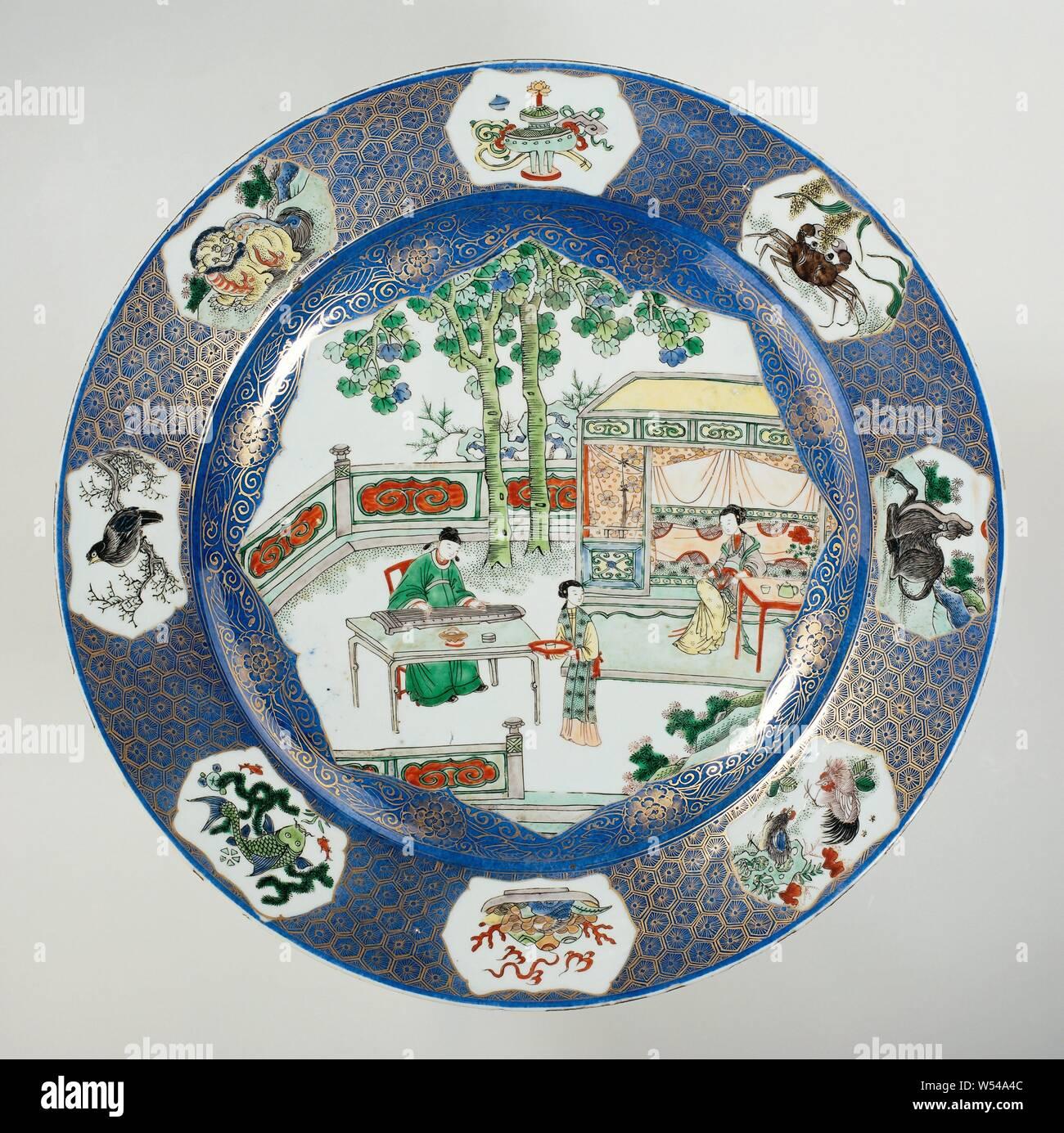 Plato Con Bleu Poudré Y Cifras Sobre Una Terraza Plato De