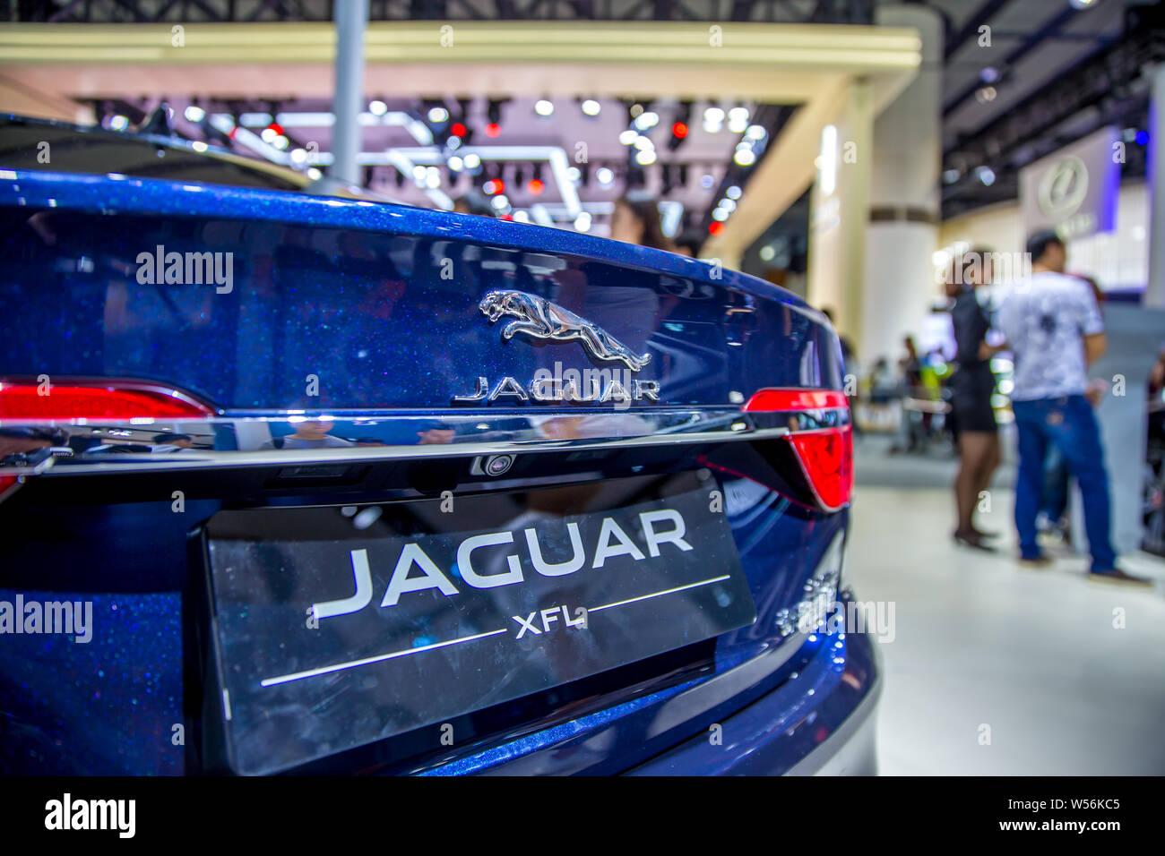 ----Un archivo XFL de automóviles Jaguar Land Rover se muestra durante la 15a China (Guangzhou) Salón Internacional del Automóvil, también conocido como Auto Guangzho Foto de stock