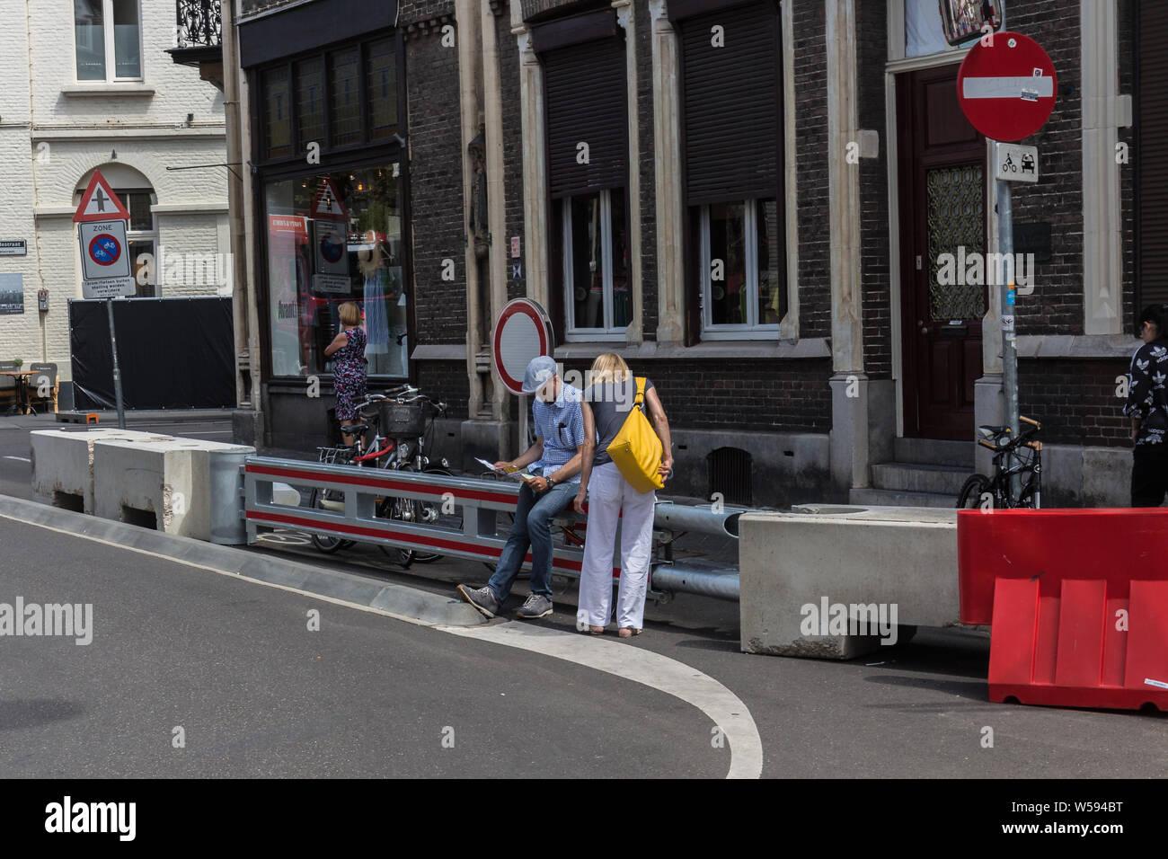 Las medidas de control de multitudes visible para prevenir ataques terroristas en la serie anual de conciertos al aire libre del violinista André Rieu en el centro de Maastricht Foto de stock