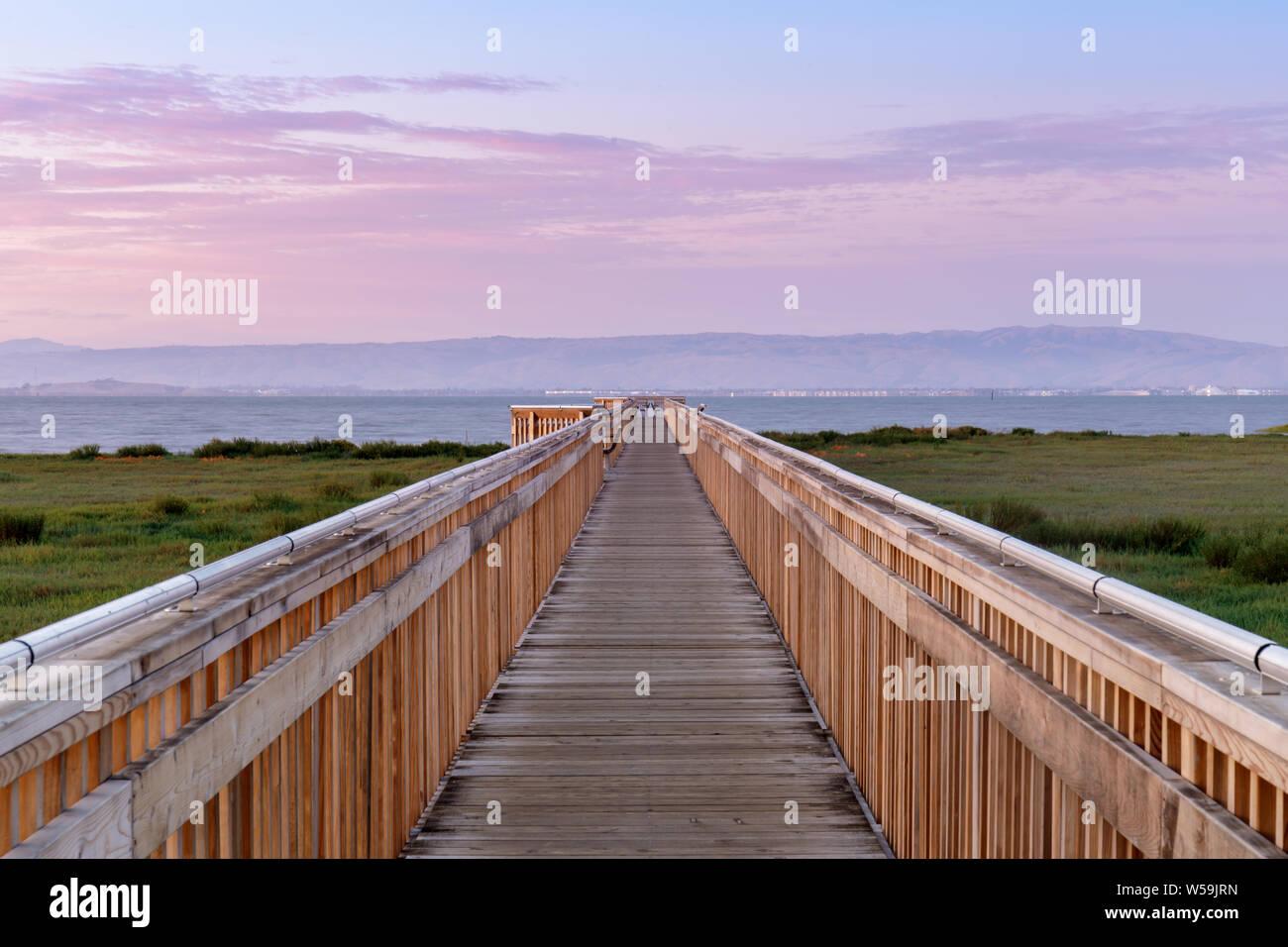 Crepúsculo sobre la nueva rambla en Baylands Preservar la naturaleza. Foto de stock