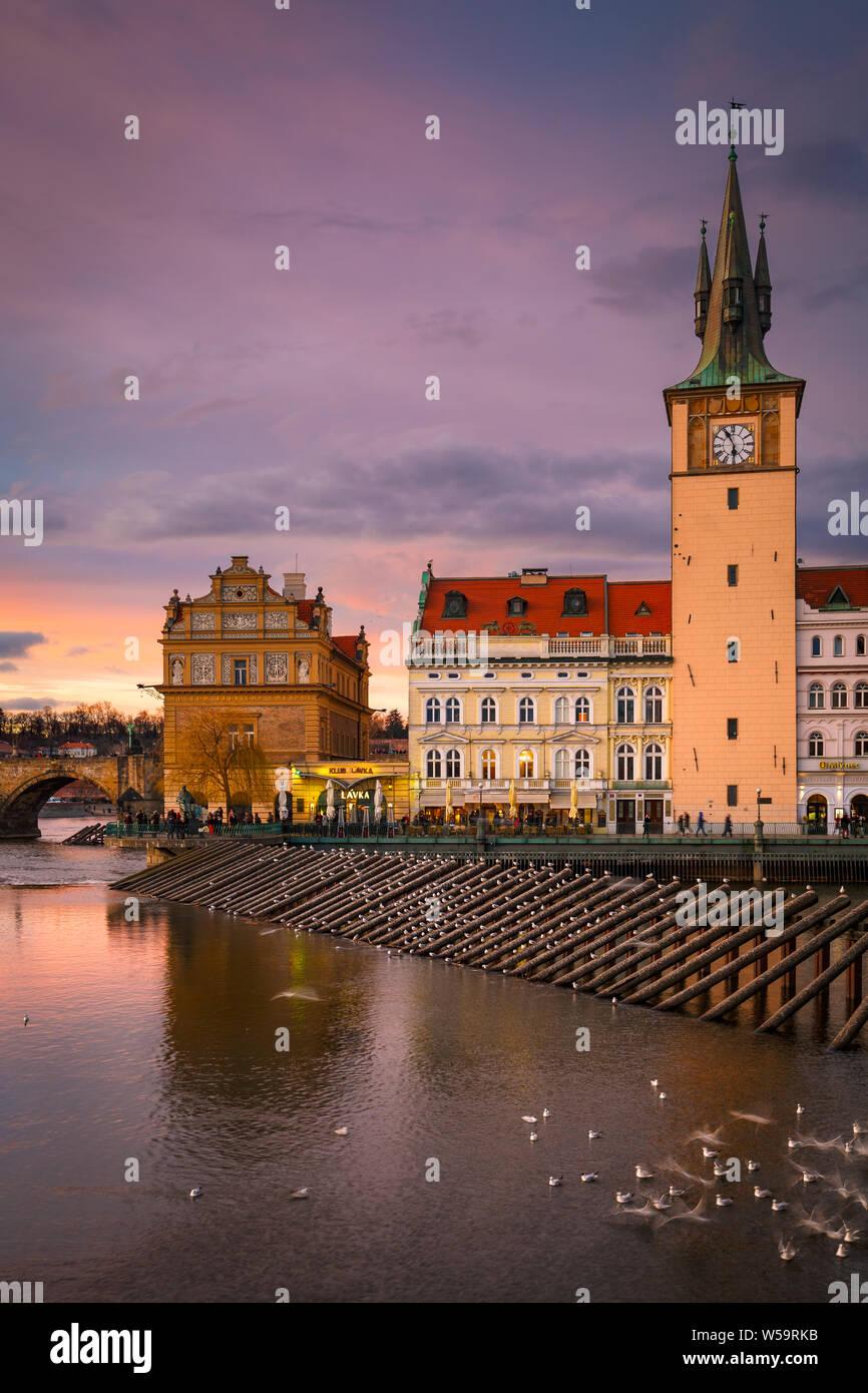 Praga, República Checa - Marzo 8, 2019: vista de noche de la ciudad vieja torre del agua y el río Vltava. Foto de stock