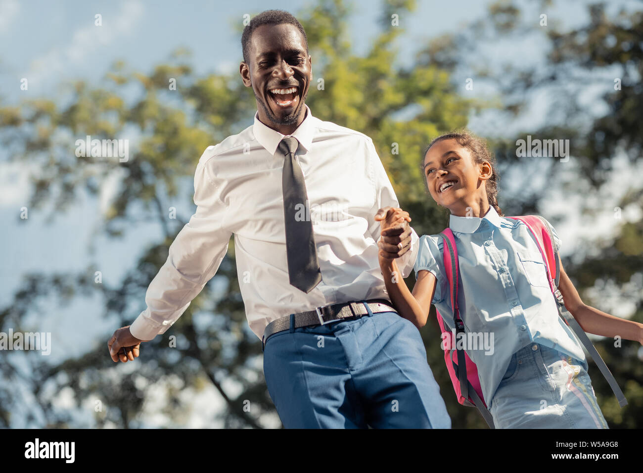 Asombrosa chica internacional divirtiéndose con su padre Foto de stock
