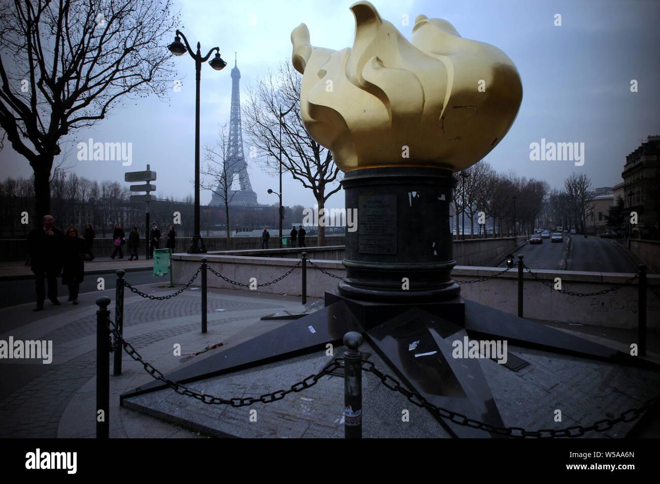PARIS - El FLAM DE LIBERTAD PONT DE L'Alma, UNA REPRODUCCIÓN DE LA FLAM DE LA ESTATUA DE LA LIBERTAD AL MISMO TAMAÑO DADO POR LA americana gracias al pueblo francés obras de restauración en 1986 - Después de un trágico accidente en el 31 de agosto de 1997, Diana Spencer murió CERCA DE ESTA SATUE CONSIDERADA DESPUÉS POR SUS FANS tiene un lugar conmemorativo en París - La muerte de Lady Di en París - VELA EN EL VIENTO POR Elton John - París INVIERNO © Frédéric BEAUMONT Foto de stock