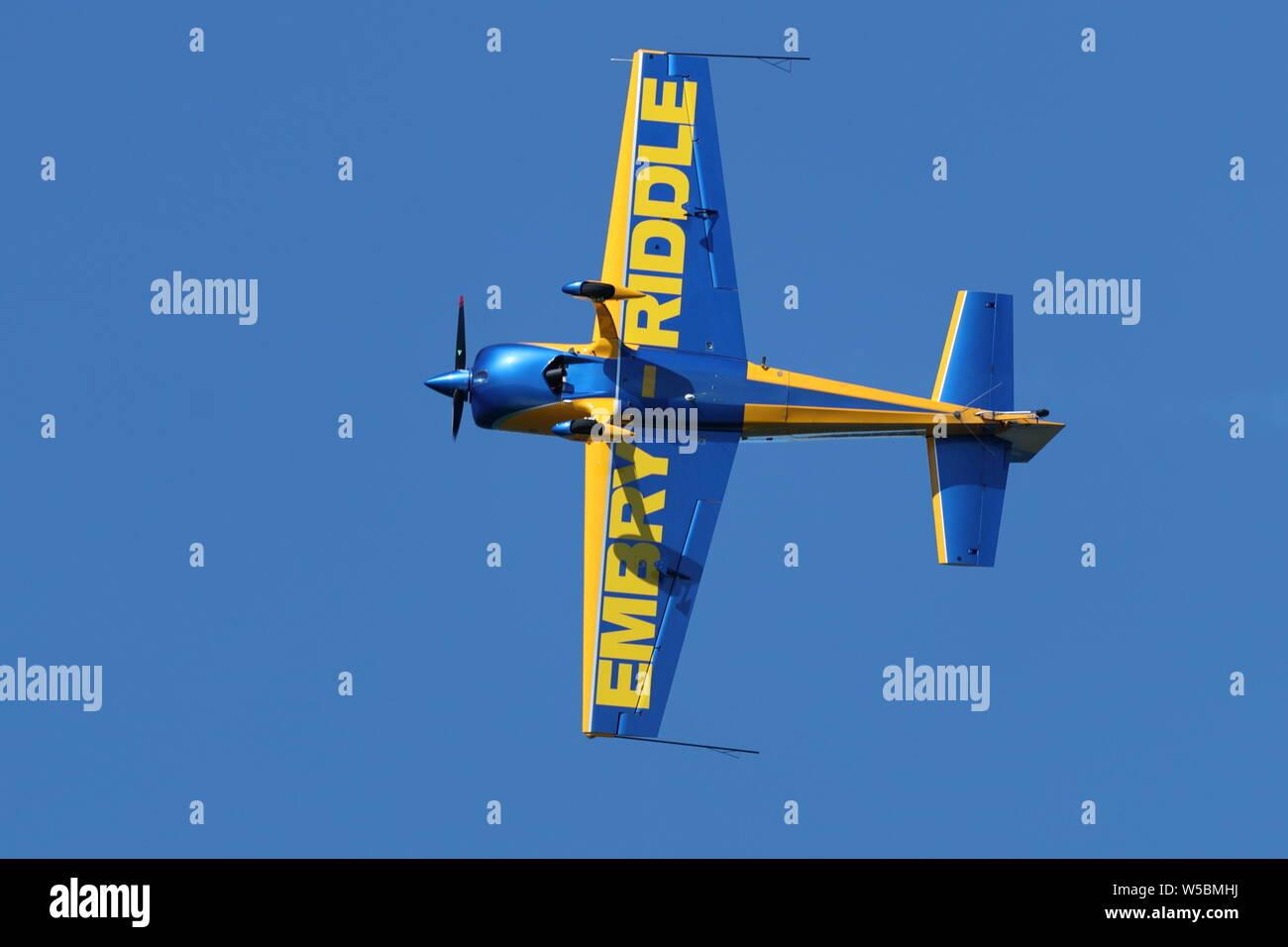 Embry-Riddle Extra 330LX monoplano vuela a lo largo de la costa del Pacífico durante la Gran Airshow en Huntington Beach, California el 19 de octubre, 2018 Foto de stock