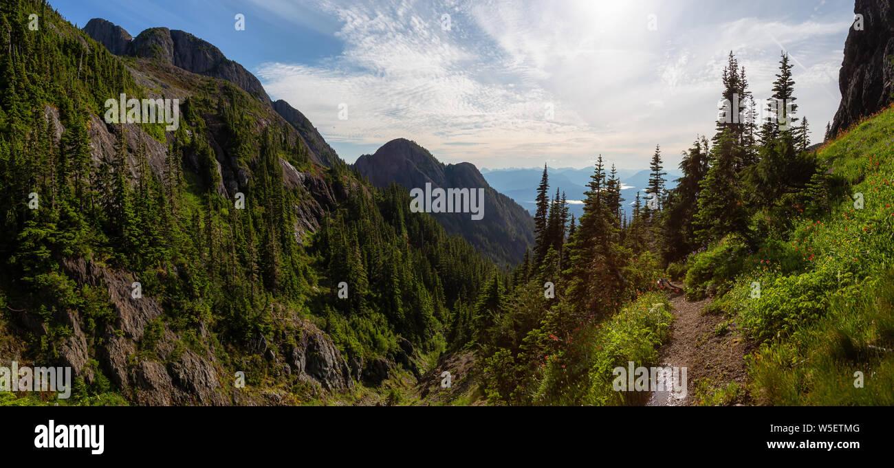 Hermosa vista panorámica del paisaje de montaña canadienses durante un animado día de verano. Tomada en el monte Arrowsmith, cerca de Nanaimo, en la isla de Vancouver, BC, Canad Foto de stock
