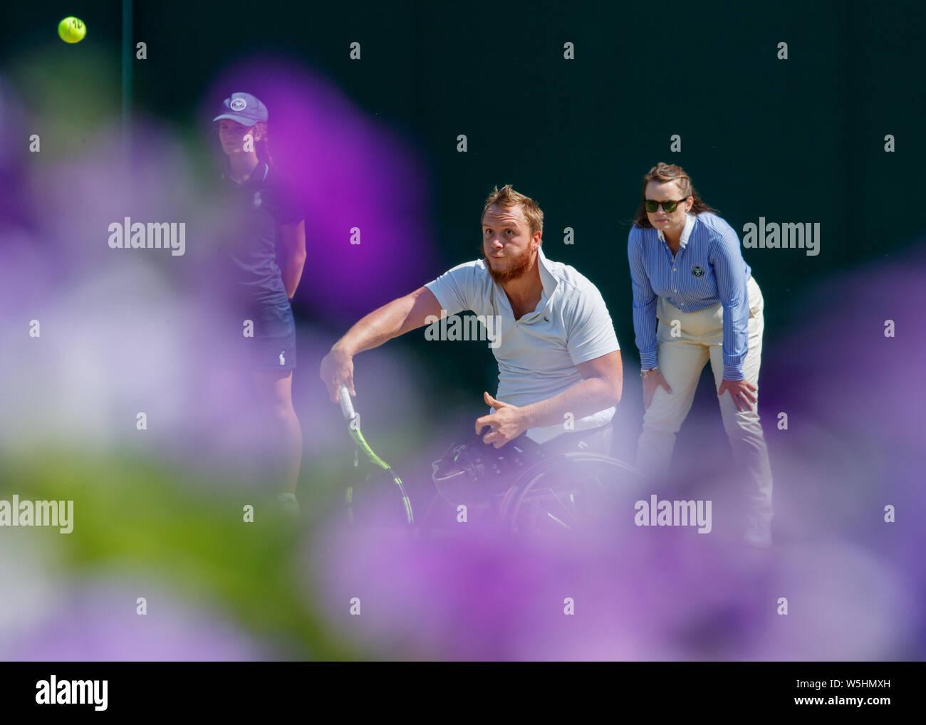 Nicolas Peifer en acción durante el partido de tenis en silla de ruedas en Wimbledon Foto de stock