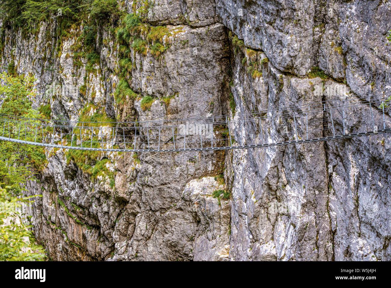 Italia Friuli Barcis Antiguo camino del Val Cellina - Puente del Himalaya - Parque Natural de la Dolomiti Friulane Foto de stock