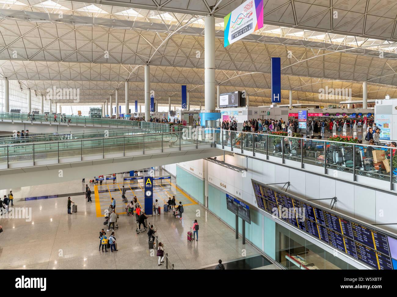 El check-in y el área de llegadas de la terminal en el Aeropuerto Internacional de Hong Kong, Chep Lak Kok, Hong Kong, China Foto de stock