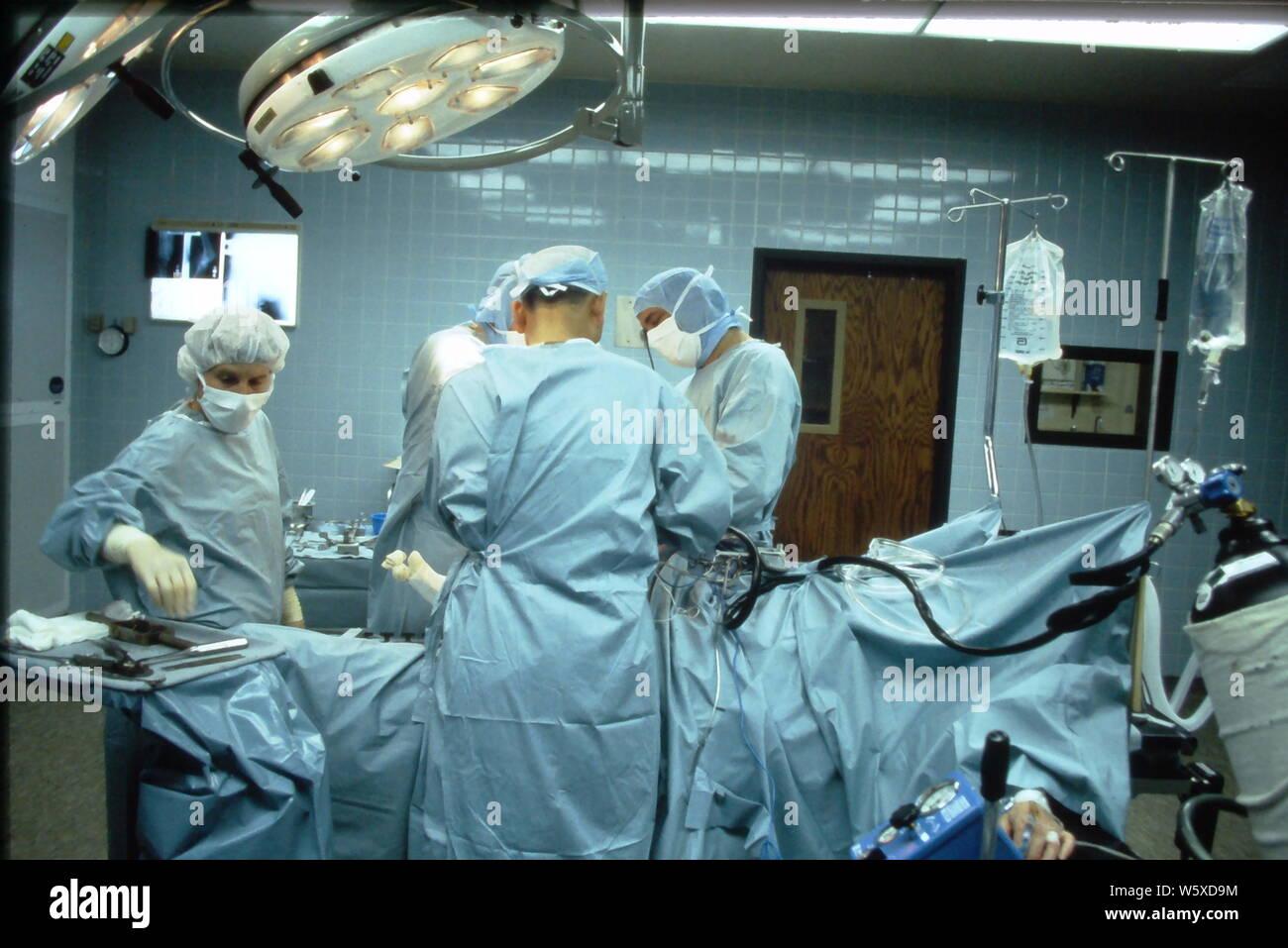 Reemplazo de rodilla y cirugía ortopédica en el hospital de Nueva Jersey circa 1985. Foto de stock