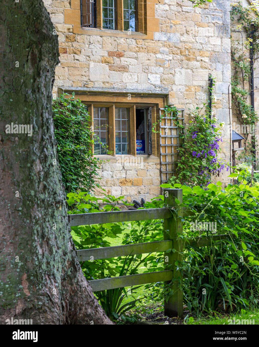 Casa y jardín, Stanton, Gloucestershire, Inglaterra, Reino Unido. Foto de stock
