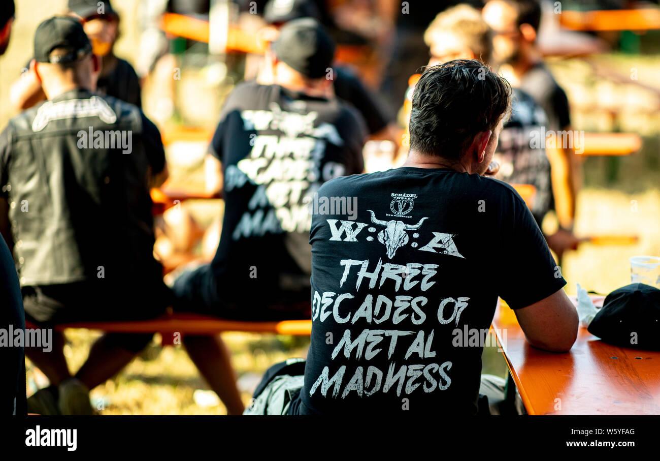 Wacken, Alemania. El 30 de julio, 2019. Los visitantes del festival de Wacken refrescarse en un jardín de cerveza sobre los terrenos del festival. El viaje al Festival Meatö más grande en el mundo, según los organizadores está en pleno apogeo. Crédito: Axel Heimken/dpa/Alamy Live News Foto de stock