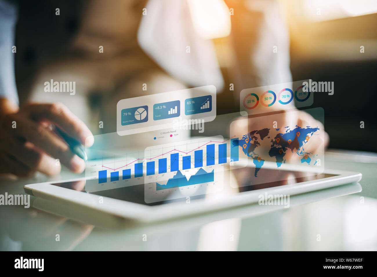 El empresario inversionista análisis financiero de la empresa informe del fondo mutuo de trabajo digital con la tecnología de gráficos de realidad aumentada. Concepto de negocio, Foto de stock