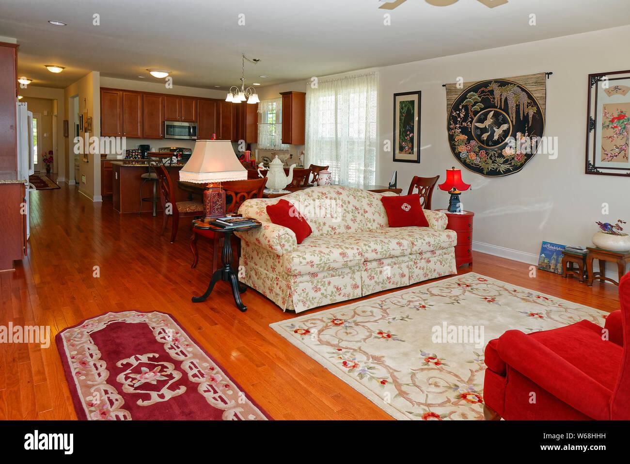 Gran habitación, piso de madera, armarios, vestíbulo, salón ...