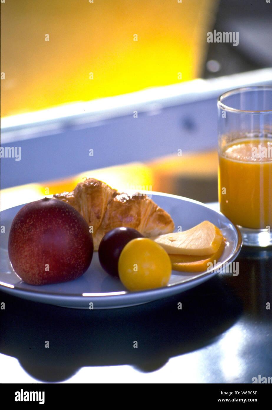 Los franceses mantienen su desayuno ligero. Pan, siendo la grapa, jugo de naranja, frutas y quesos ocasionales son algunas de las opciones. Foto de stock