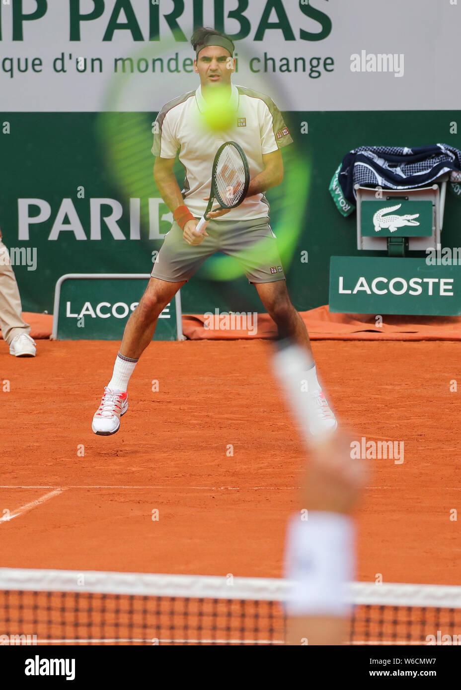 El tenista suizo Roger Federer espera de servicio baleado durante el Abierto de Francia 2019, París, Francia Foto de stock