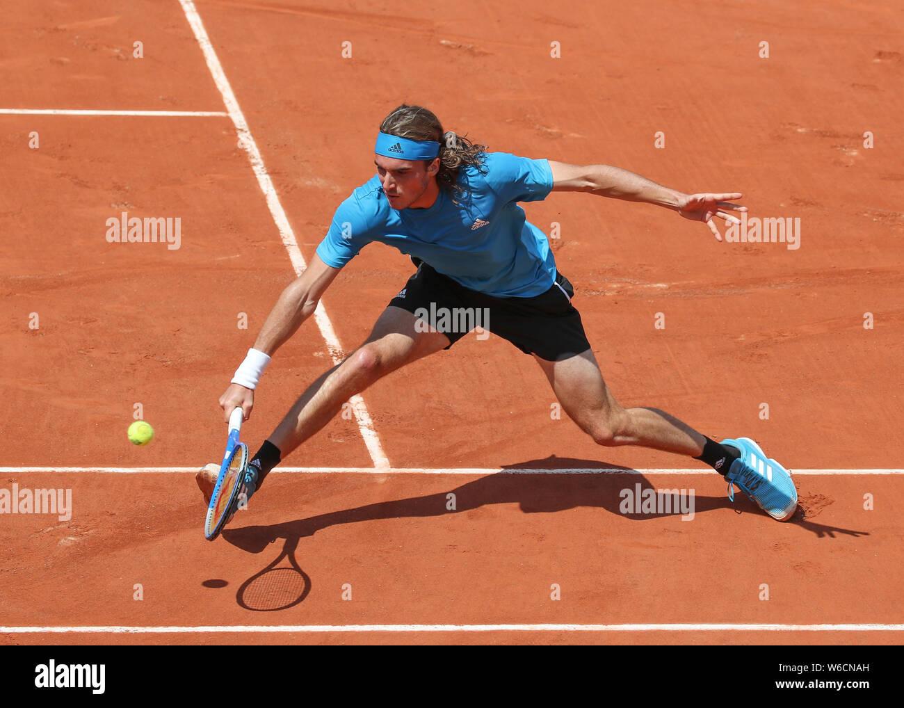 Jugador de tenis griego Stefanos Tsitsipas jugando un disparo de revés en el Torneo Abierto de Francia 2019, París, Francia Foto de stock