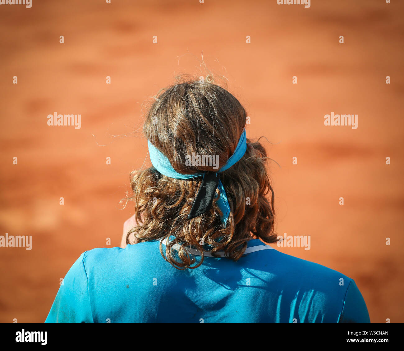 Vista trasera del jugador de tenis Stefanos Tsitsipas griego en el tribunal permanente durante el Abierto de Francia 2019, París, Francia Foto de stock