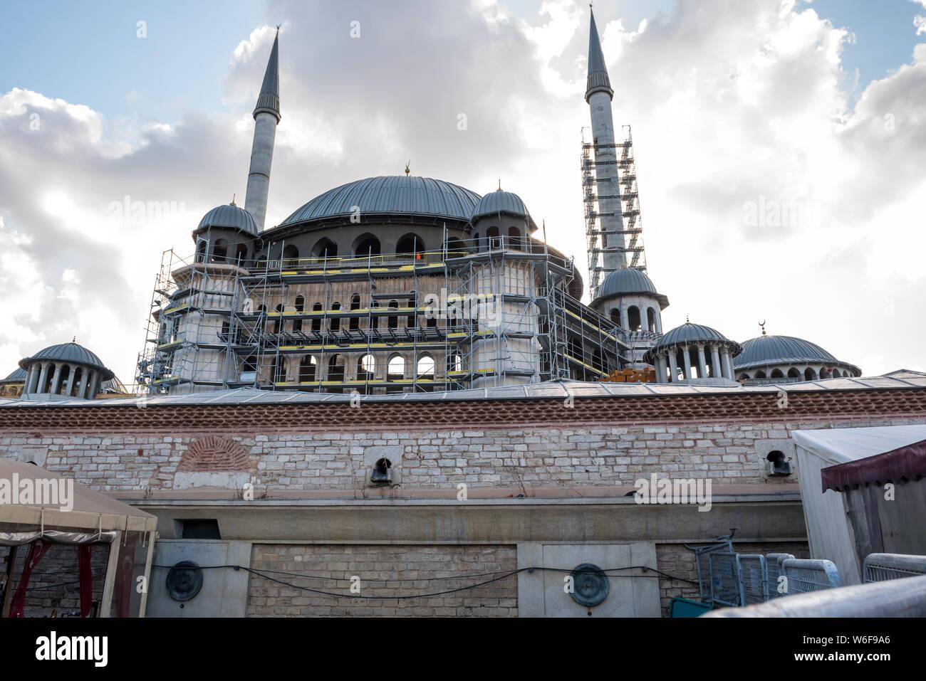 Vista de la construcción de la mezquita de Taksim que localizar en la plaza Taksin en Beyoglu, Istanbul, Turquía Foto de stock