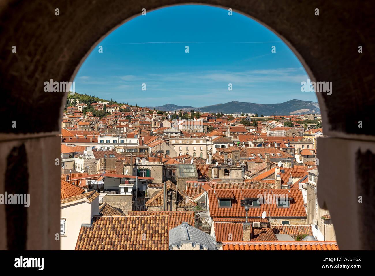 Vista desde la parte superior de san Domnio Campanario en el Peristilo del Palacio de Diocleciano; Split, Croacia Foto de stock