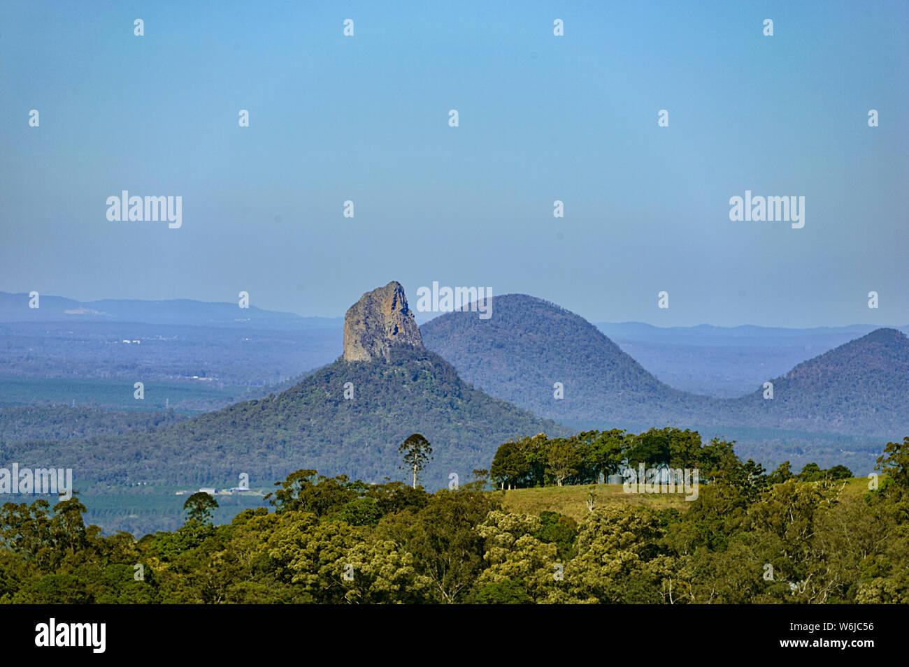 Vista de picos volcánicos erosionados de las montañas Glasshouse, Queensland, Queensland, Australia Foto de stock