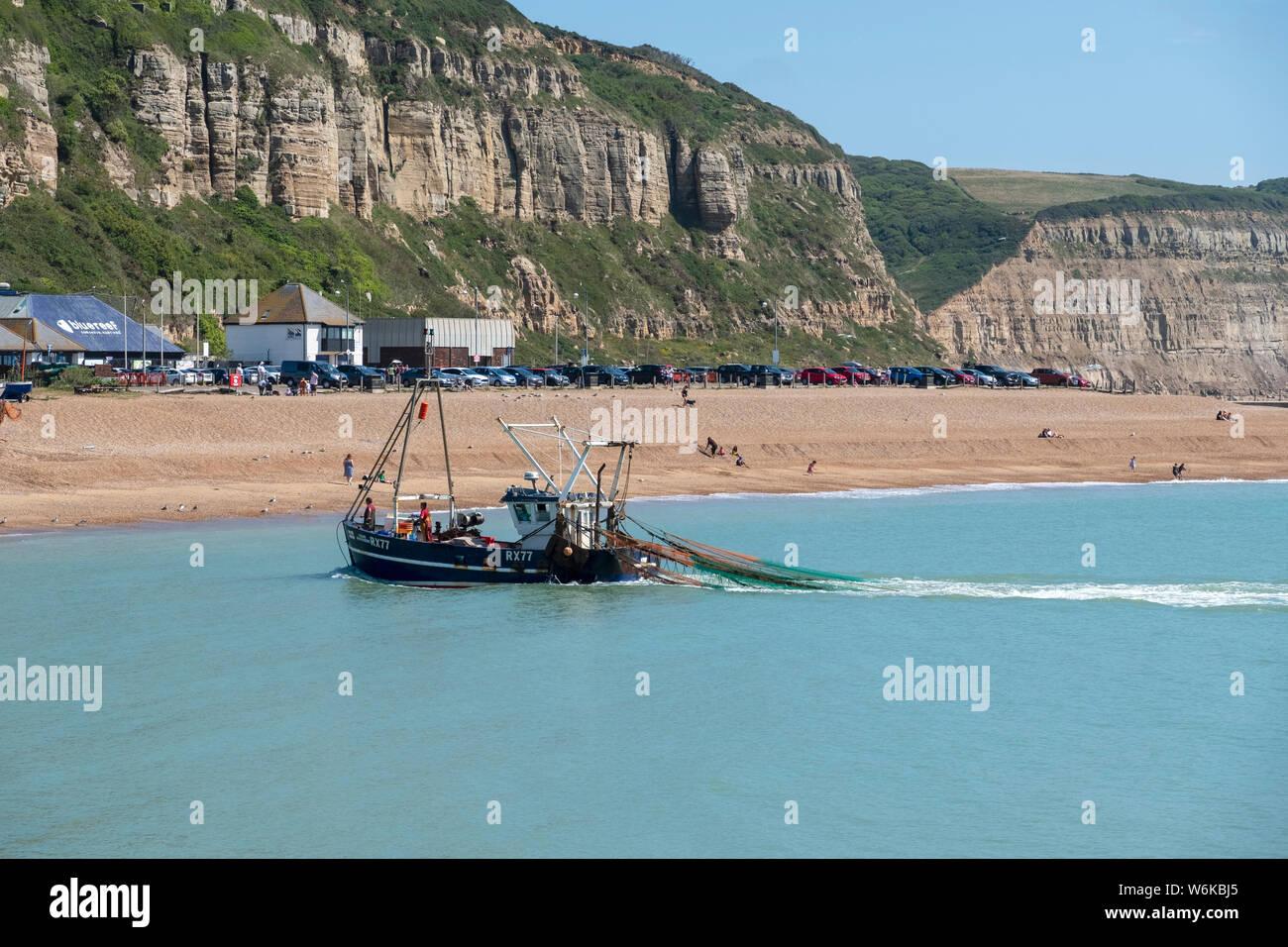 Pesca de arrastre el aterrizaje en Hastings Stade Old Town, East Sussex, Reino Unido Foto de stock