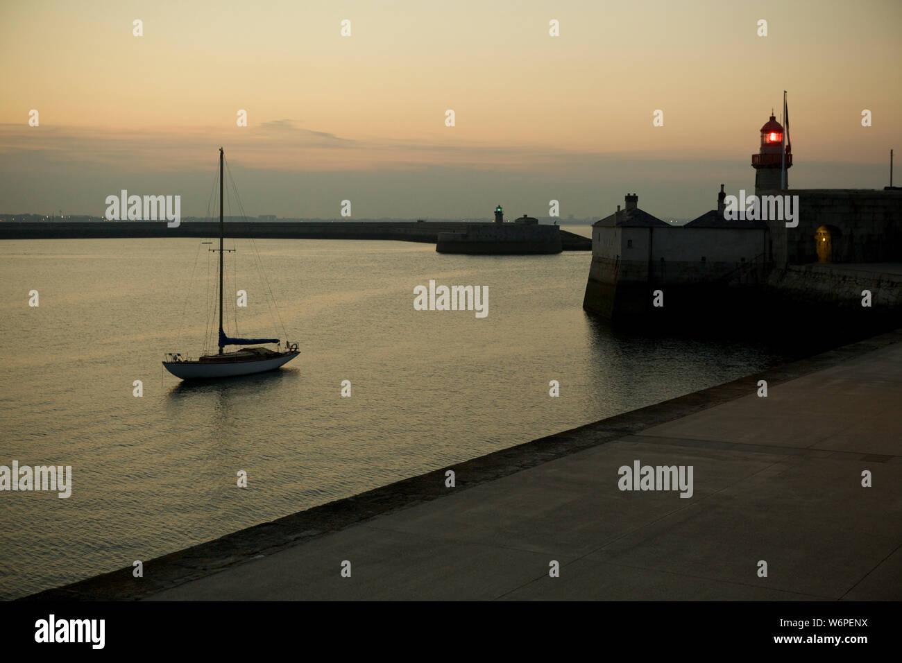 Yates en Dun Laoghaire Harbour Dublín Irlanda Foto de stock
