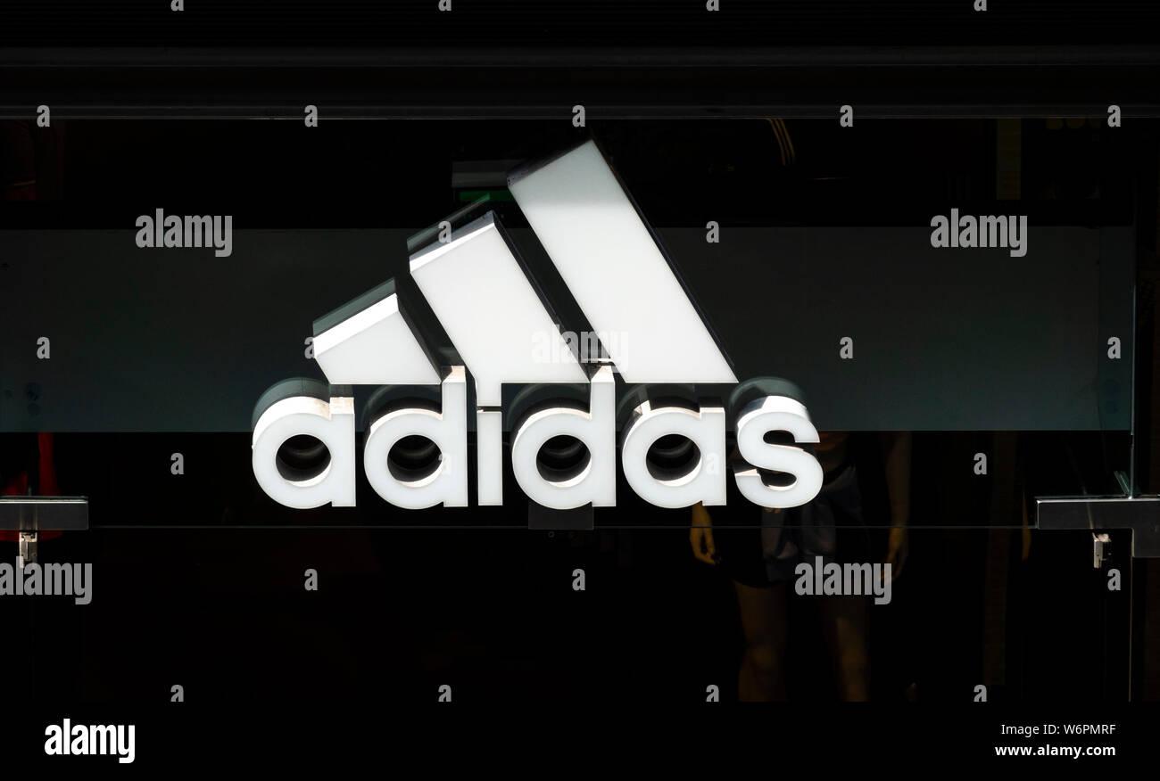El logotipo de adidas en una chaqueta negro etiqueta. DOF