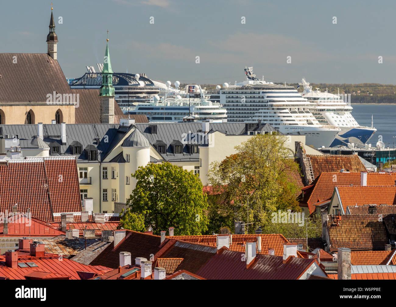 Vista del casco antiguo de la ciudad y crucero del Báltico los barcos atracados en el puerto desde el punto de vista Kohuotsa, Tallin, Estonia Foto de stock