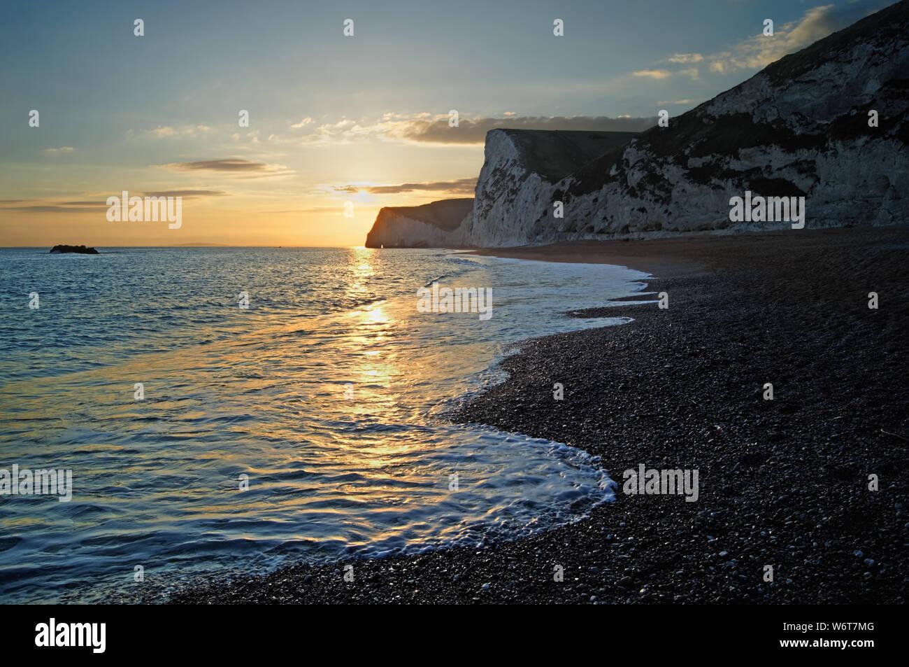 Reino Unido,Dorset,Atardecer sobre murciélagos Cabeza de playa Puerta de Durdle Foto de stock