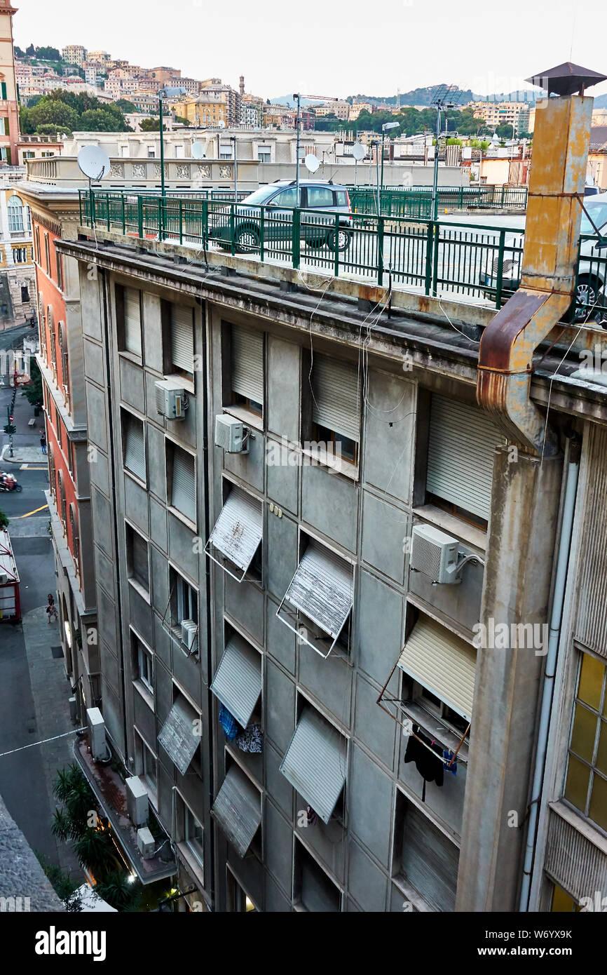 Gracioso aparcamiento infrecuente en la azotea de la casa de apartamentos en Génova, Italia. Foto de stock