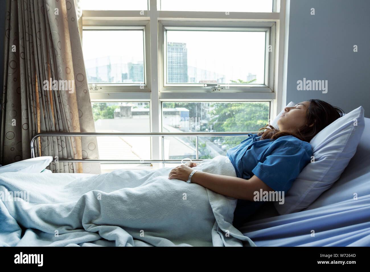 Paciente durmiendo en el hospital para buscar oportunidades y mejores condiciones de vida, los pacientes se alegra recuperado de la enfermedad. Foto de stock