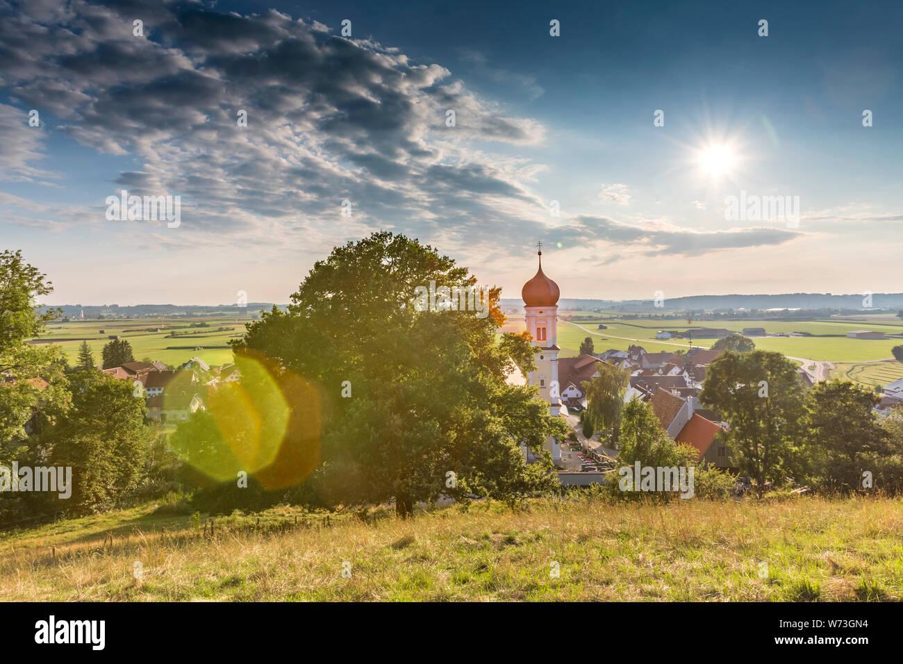 Alemania, Baviera, Allgaeu, Mindelheim, escena rural con la iglesia Foto de stock