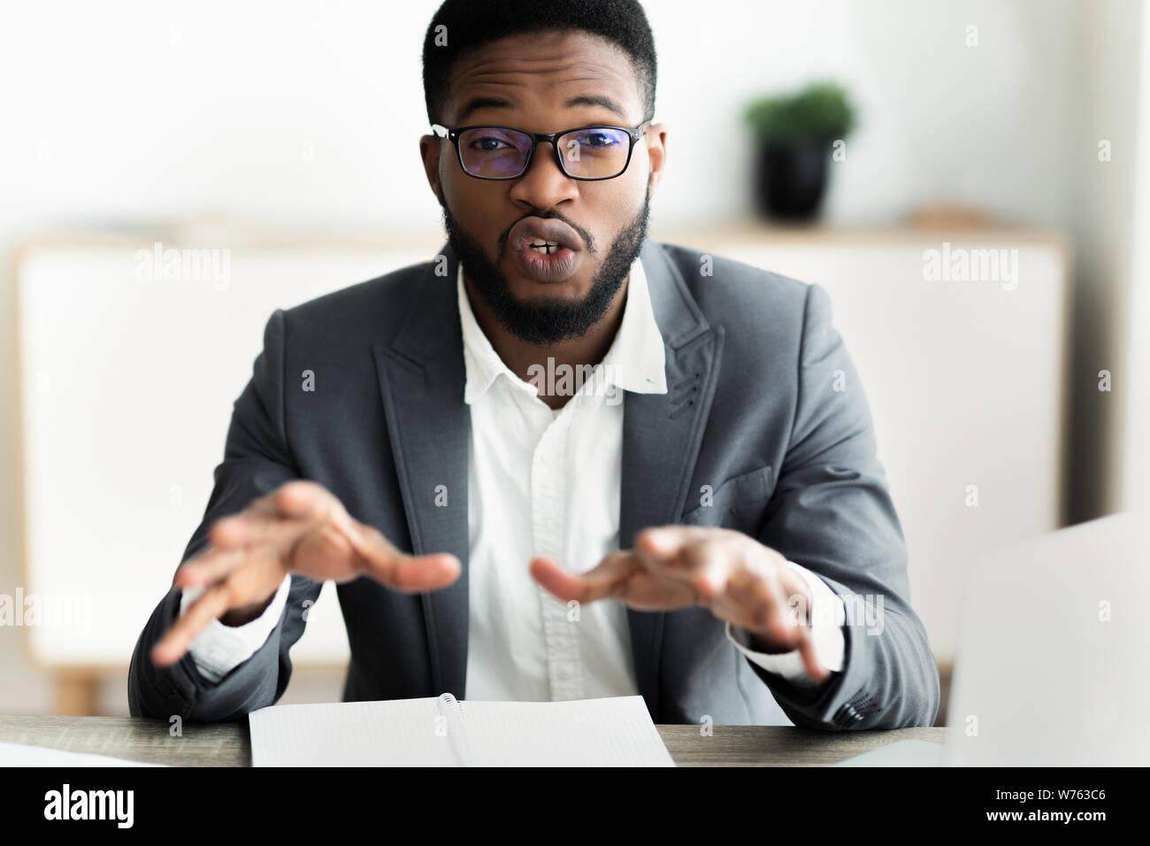 Retrato de guapo empresario busca en la cámara y hablar Foto de stock