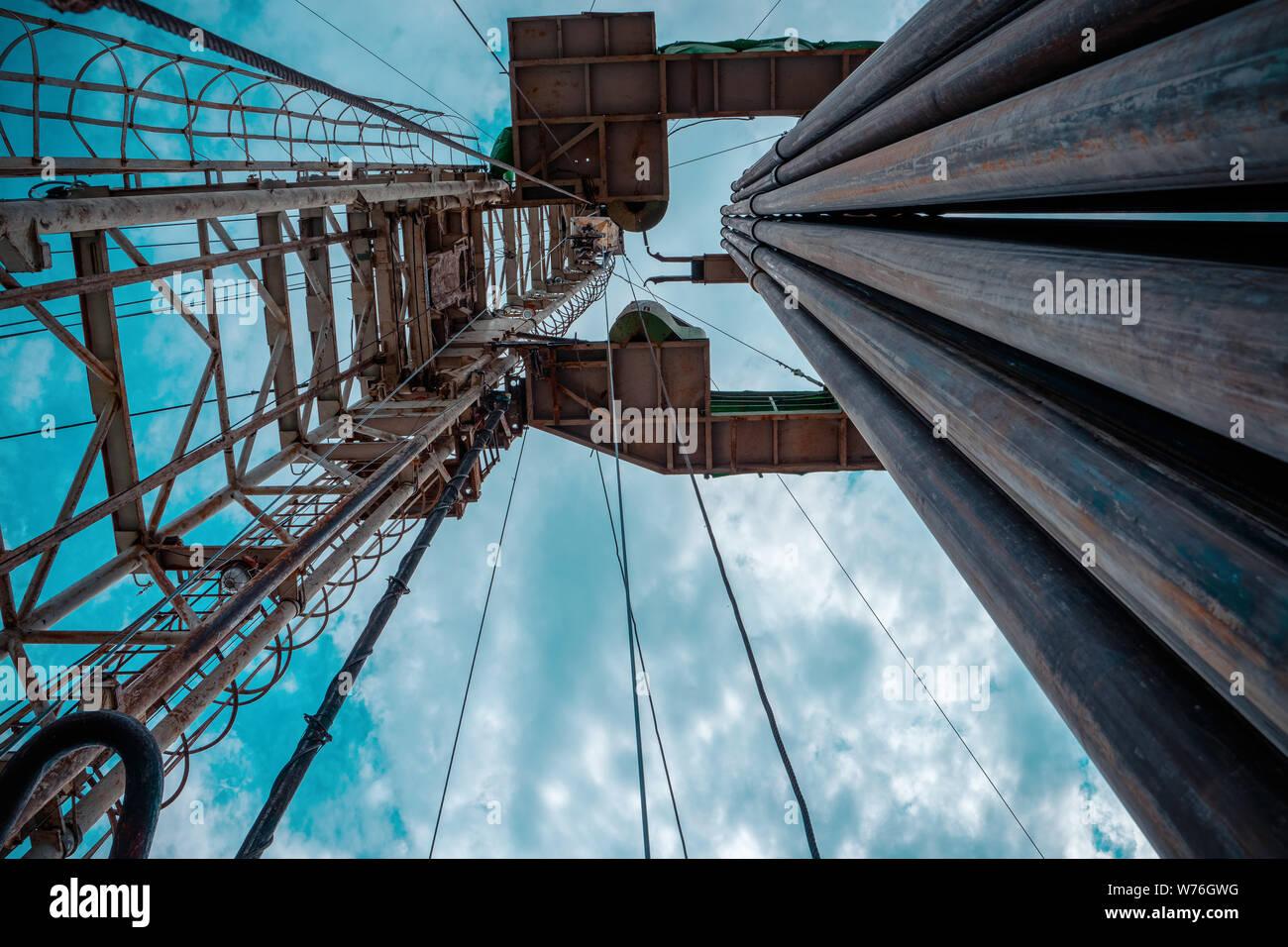 Plataforma de perforación de petróleo y gas onshore espectacular postre con cloudscape. Operación de equipos de perforación de petróleo en la plataforma petrolífera en la industria de petróleo y gas. Foto de stock