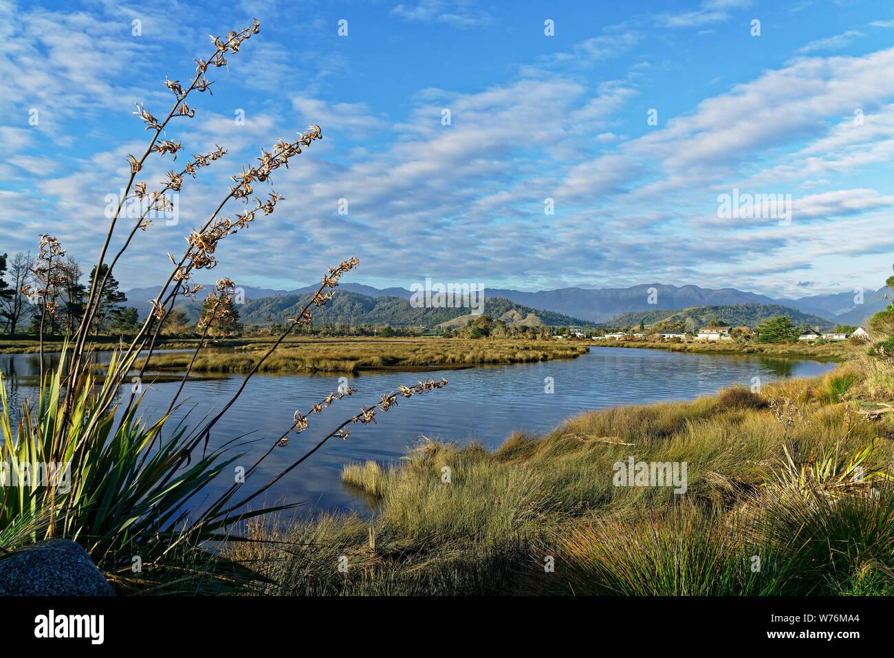 Karamea vistos desde el estuario pasarela Karamea, región de la costa oeste, Nueva Zelanda. Foto de stock