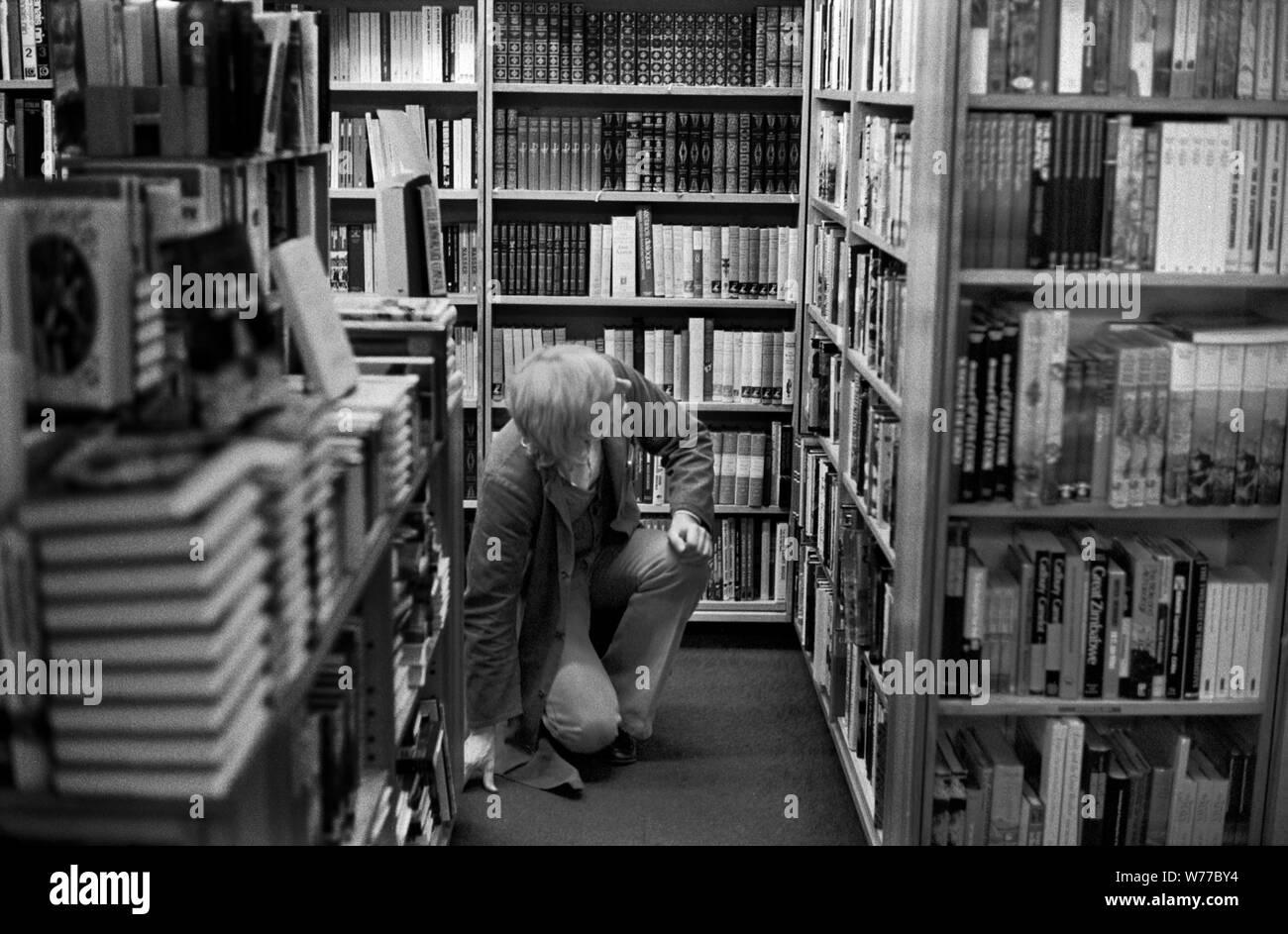 1970 Libro tiendas gente navega seleccionando libros atestada ocupado London Book Shop 70s UK HOMER SYKES Foto de stock