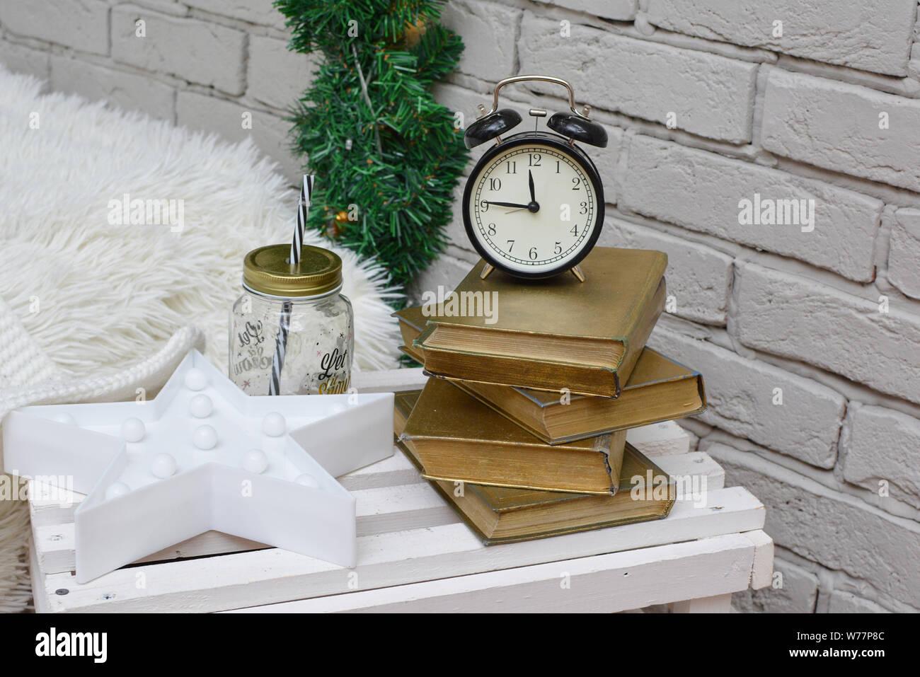 Vintage despertador en la tradicional sala de estudio mostrando 15 a medianoche. ¡Feliz Año Nuevo! Foto de stock
