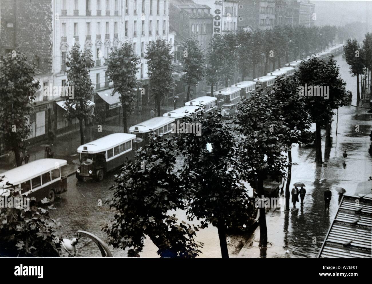 La requisa de los autobuses de París para uso militar, Porte de la Villette, la II Guerra Mundial, c1940-c1944. Artista: Desconocido Foto de stock