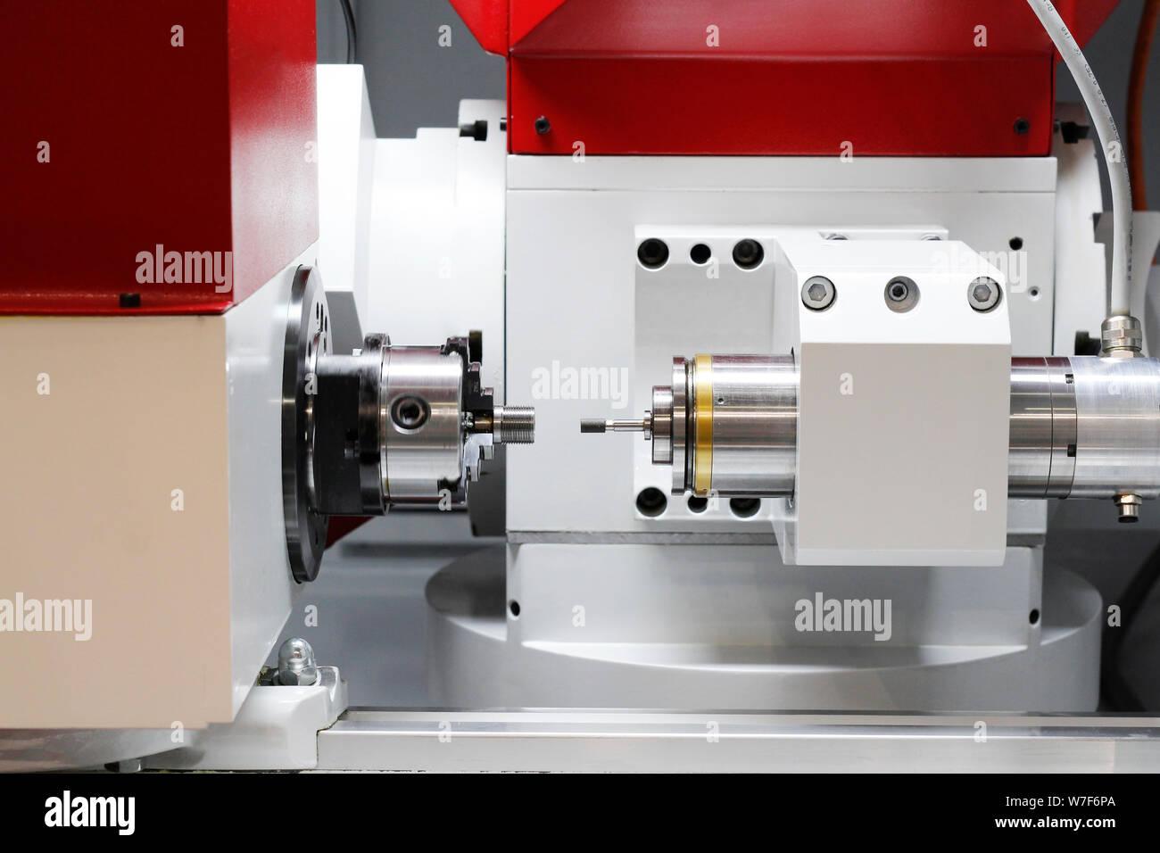 Máquina de mecanizado de metal. Fresadora CNC de metalistería. El corte de metal. La industria del metal. Herramienta de corte para procesamiento de acero eje metálico en un torno en Foto de stock