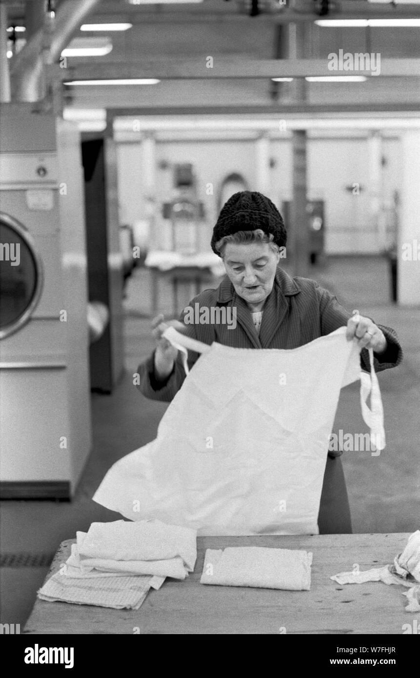 Lavadero público 1970 UK . Las mujeres que toman su ropa sucia a una lavandería pública para obtenerlos lavadas. Battersea South London 1979 70s Inglaterra HOMER SYKES Foto de stock
