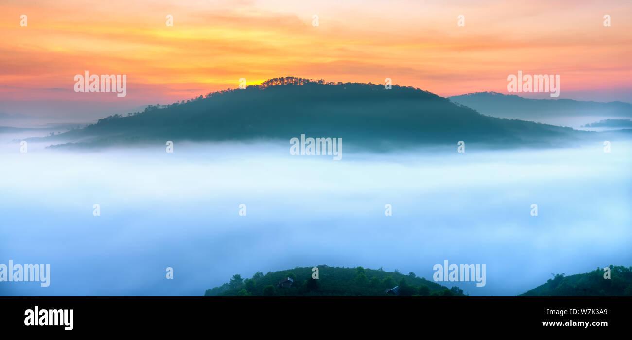 Amanecer en la meseta de montaña del valle cubierto de niebla en Da Lat, Vietnam. Todos crear maravillosas vistas en la mañana del hermoso nuevo día Foto de stock