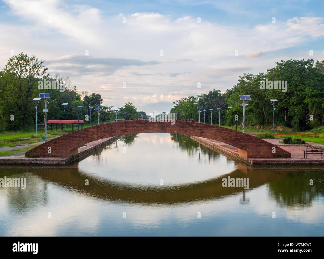 Un puente de ladrillo sobre un vaso de agua Foto de stock