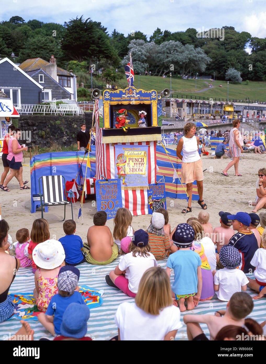 """Los niños viendo la tradicional """"Punch y Judy"""" espectáculo de títeres sobre la playa, Lyme Regis, Dorset, Inglaterra, Reino Unido Foto de stock"""