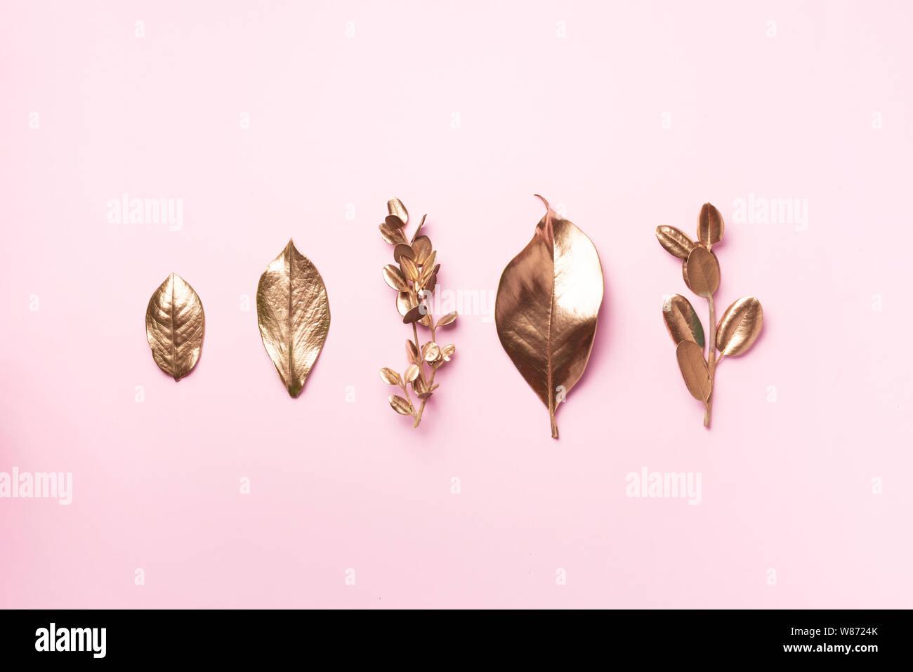 Hojas De Oro Sobre Fondo De Color Rosa Vista Desde Arriba